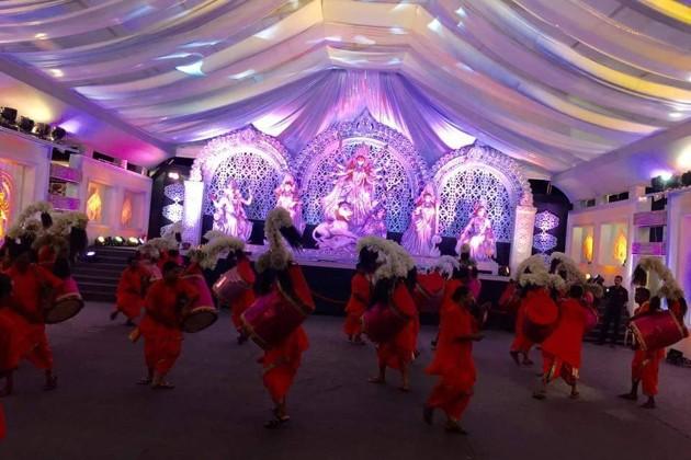জমে উঠেছে মু্ম্বইয়ের লোখান্ডওয়ালায় গায়ক অভিজিতের বাড়ির পুজো