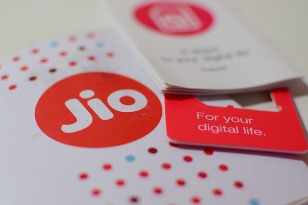 Jio-র নতুন চমক, মাত্র ৯৯৯ টাকায় বাজারে 4G ফোন আনছে রিল্যায়েন্স