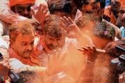 মোদি ঝড়ে শনিবার গেরুয়া আবিরের হোলি উত্তরপ্রদেশ আর উত্তরাখণ্ডে৷ Photo: PTI