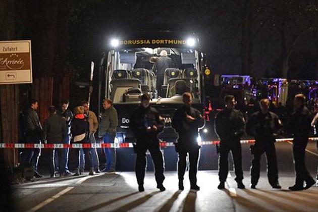 ডর্টমুন্ডে ফুটবলারদের বাসের সামনে বিস্ফোরণ, আহত এক খেলোয়াড়