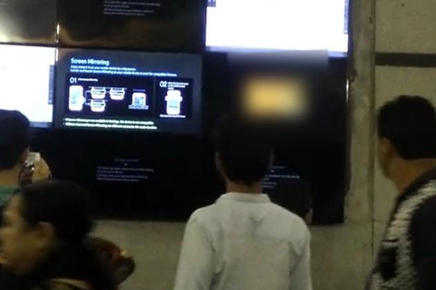 মেট্রোর টিভি স্ক্রিনে ফুটে উঠল নীল ছবি !