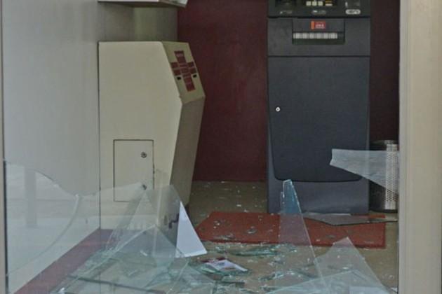 এটিএম ভাঙচুরের পাশাপাশি মোবাইল দোকানে চুরি ! দুষ্কৃতীদের তাণ্ডবে অস্থির এলাকাবাসী