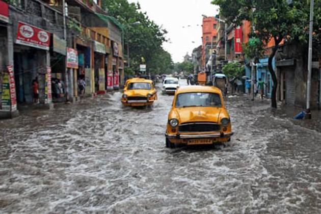 কলকাতায় বৃষ্টি কমলেও পশ্চিমের জেলাগুলিতে আজও ভারী বৃষ্টির সম্ভাবনা