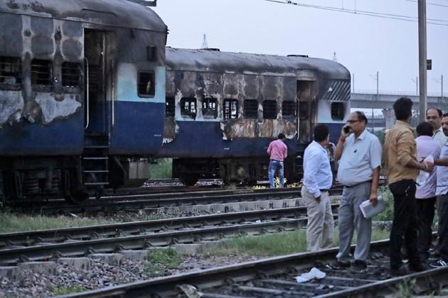 উত্তরপ্রদেশের গাজিয়াবাদে, রাজধানী দিল্লিতে পুড়ল বাস-ট্রেন। প্রাণ গেল ৩০জনেরও বেশি ডেরা সমর্থকের ৷ Photo: PTI