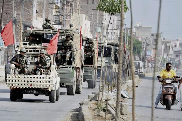 নতুন করে হিংসা না ছড়ালেও এখনও থমথমে পরিস্থিতি হরিয়ানার পাঁচকুলায়। রাস্তায় সেনা টহল চলছে। Photo: PTI