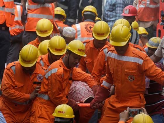 দুর্ঘটনায় ইতিমধ্যেই ১০ জনের মৃত্যুর খবর পাওয়া গিয়েছে ! আহতদের নিকটবর্তী জেজে হাসপাতালে ভর্তি করা হয়েছে ৷ Photo: PTI