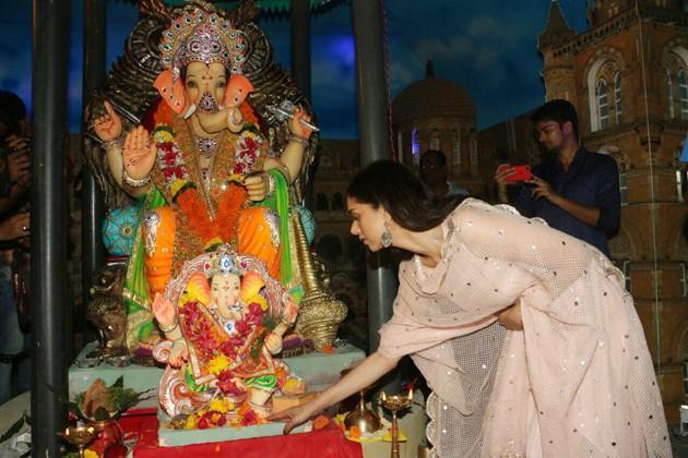 সঞ্জয় দত্তের বাড়ির পুজোতে অভিনেত্রী অদিতি রাও হায়দারি ৷ Photo: PTI