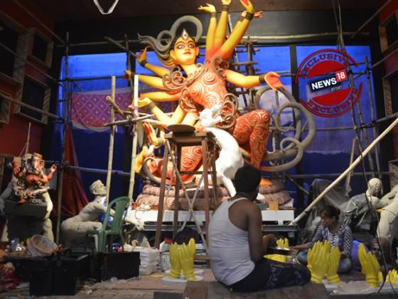 সার সার ঘর। ঘরে ঘরে তৈরি হচ্ছে প্রতিমা । একমনে তুলির টান দিয়ে চলেছেন শিল্পী। পুজো এসে গেছে।   দুর্গা যাবে মণ্ডপে। চারদিকে কুলিদের হুড়োহুড়ি। প্রতিমা বয়ে নিয়ে যাচ্ছেন কুলিরা। কুমারটুলির চেনা ছবি এবার কুমারটুলি সর্বজনীনের পুজোর থিম।  ছবি: ঋতুপর্ণা দত্ত