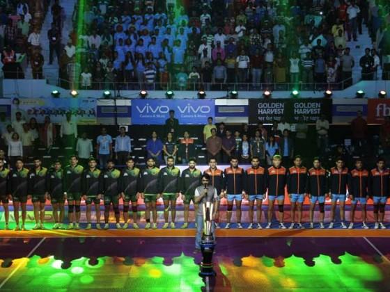 প্রসেনজিৎ চট্টোপাধ্যায়ের গলায় জাতীয় সঙ্গীত। বৃষ্টি উপেক্ষা করেই উৎসাহী দর্শকদের ভিড়।শুক্রবার থেকে নেতাজি ইন্ডোরে শুরু হল প্রো-কবাডির কলকাতা পর্ব।