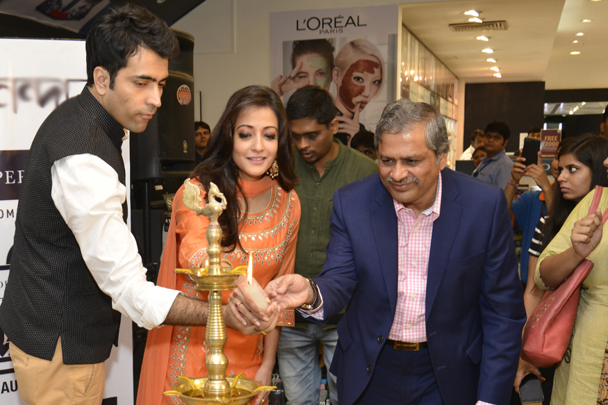Actors Abir Chatterjee, & Raima Sen along with Govind Shrikhand, Customer Care Associate & Managing Director, Shoppers Stop Ltd