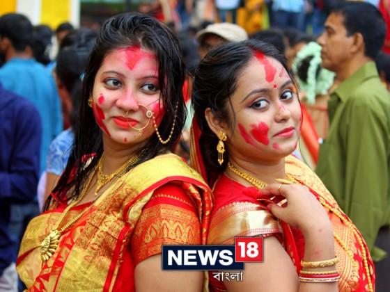 পুজোর পাঁচটা দিনই এই মণ্ডপে জমজমাট সব আয়োজন থাকে ৷ কিন্তু দশমীর দিন যেন এই পুজোর গুরুত্বই আলাদা ৷ হোয়াটসঅ্যাপ, ফেসবুকে সকাল থেকেই মেসেজ চালাচালি শুরু হয়ে যায়, ''কী রে বাগবাজার যাচ্ছিস তো ?'' Photo: Siddhartha Sarkar