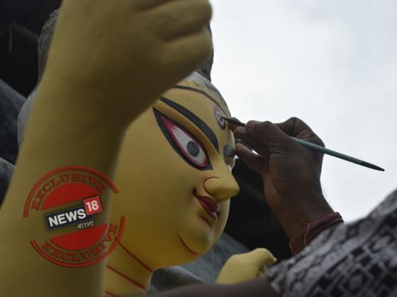 অনেক জায়গায় এইদিনেই দীর্ঘদিনের প্রথা মেনে প্রতিমার চক্ষুদান করেন প্রতিমা শিল্পীরা। এক পুণ্য দিনের সাক্ষী হিসেবে। Photo Taken by Rituparna Dutta