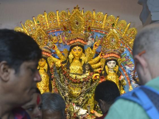 মা যাওয়ার পালা ৷ মাকে বরণ করে সিঁদুর খেলায় মেতে উঠলেন মহিলারা ৷ Photo: Rituporna Dutta