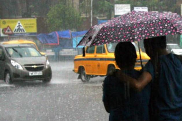 কালীপুজোতেও পিছু ছাড়ল না বৃষ্টি, উপকূলের জেলাগুলিতে বইবে ঝোড়ো হাওয়া