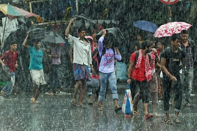 গভীর হচ্ছে নিম্নচাপ, কলকাতাসহ দক্ষিণবঙ্গে বজ্রবিদ্যুৎ-সহ বৃষ্টির পূর্বাভাস