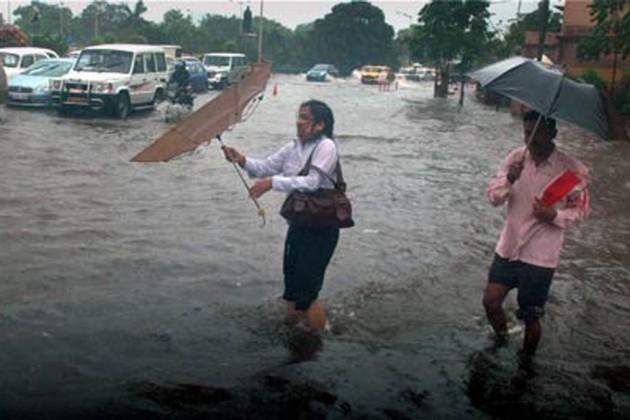নিম্নচাপের জেরে চলেছে দমকা হাওয়া-সহ বৃষ্টি, শহরে যানজটের আশঙ্কা