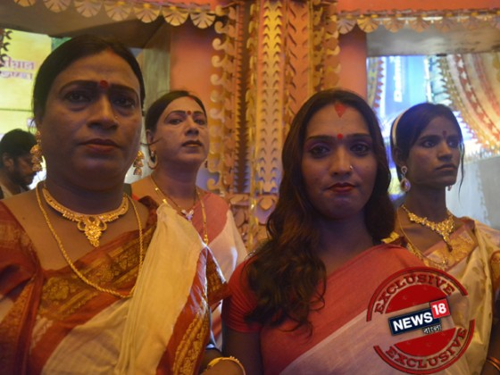 মায়ের এবার বিদায় নেওয়ার পালা ৷ মাকে বরণ করে সিঁদুর খেলায় মেতে উঠলেন রূপান্তরকামীরা ৷ Photo: Rituporna Dutta