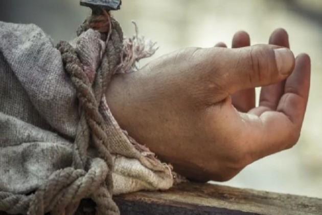 ৯০ বছরের মাকে রাস্তায় বার করে গাছে বেঁধে রাখল ছেলে-বউমা