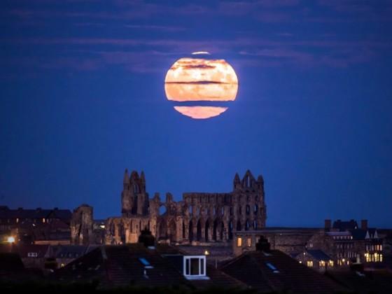 উত্তর-পূর্ব ইংল্যান্ডের উইটবি অ্যাবে শহর থেকে তোলা সুপারমুনের ছবি ৷ Photo: AP