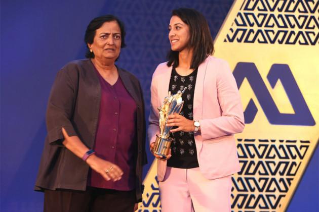 আন্তর্জাতিক সেরা মহিলা ক্রিকেটার ২০১৭-১৮ হিসেবে পুরস্কার পেয়েচ্ছেন স্মৃতি মান্ধানা (Photo: Twitter/ICC)