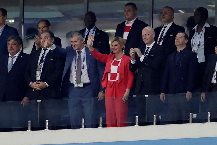 খেলা শেষ তো ড্রেসিংরুমে গিয়ে নেচে বিজয় উদযাপন করলেন। (Photo: Reuters)
