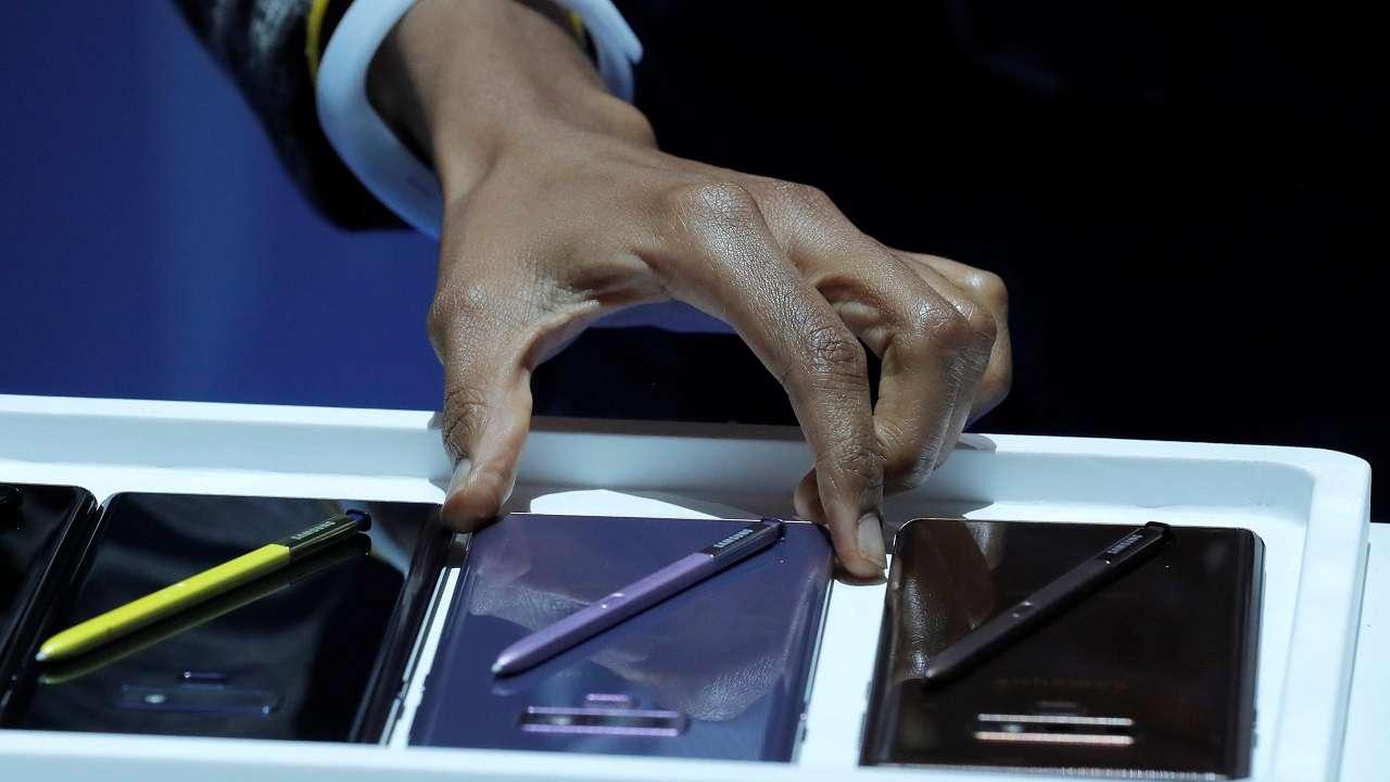 এই স্মার্টফোন 1.2 Gbps পর্যন্ত ডাউনলোড স্পিড সাপোর্ট করবে ৷ Galaxy Note 9 এ রয়েছে 10nm স্ন্যাপড্রাগন, 845 অক্টাকোর SoC প্রসেসর ৷ তবে ভারতে Galaxy Note 9-এর যে সংস্করণ পাওয়া যাবে কাকে থাকবে 10nm Exynos 9810 octa-core SoC