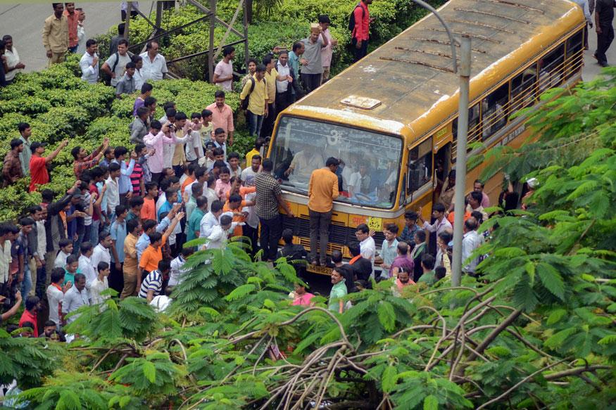 জ্বালানো হল বাস। সাতারায় বন্ধ সমস্ত পেট্রোল পাম্প, বাজার। (Image: PTI)