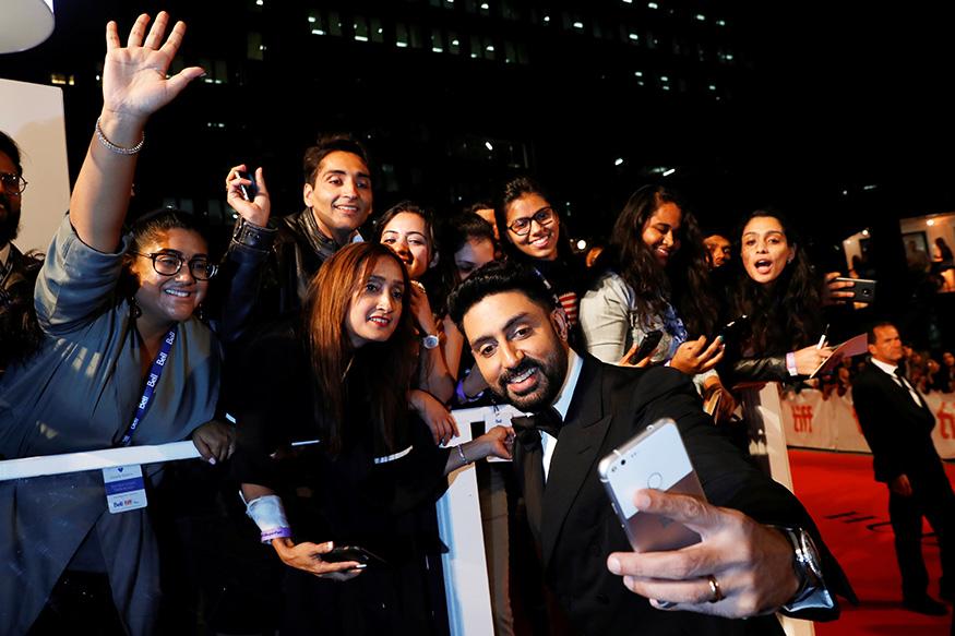টরন্টো ফিল্ম ফেস্টিভ্যালে ফ্যানদের সঙ্গে সেলফি তুললেন অভিষেক বচ্চনও (Image: Reuters)
