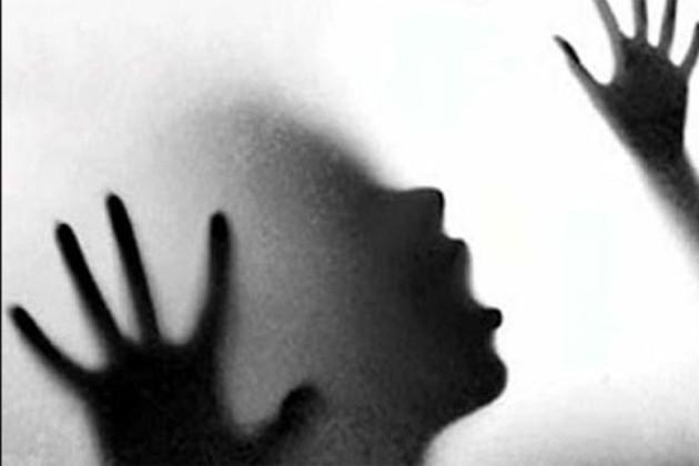 শ্লীলতাহানিতে বাধা দেওয়ায় তরুণীকে গাড়ি থেকে রাস্তায় ছুঁড়ে ফেলল একদল যুবক !