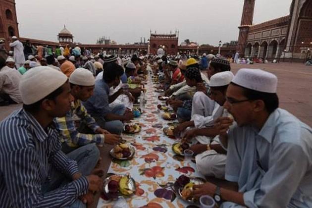 জেলে অভিনব দৃশ্য ! মুসলিম বন্দীদের সঙ্গে বসে রোজা সারল হিন্দু বন্দীরাও