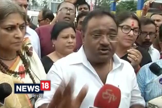 বসিরহাটে যাওয়ার পথে পুলিশি বাধার মুখে BJP প্রতিনিধি দল, আটক রূপা-লকেট