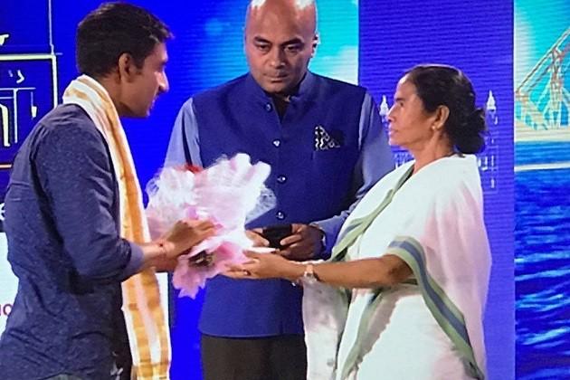 #Rising Bengal অনুষ্ঠানে সংবর্ধনা জানানো হয় বাংলার ২ কৃতী ক্রিকেটার ঝুলন গোস্বামী ও ঋদ্ধিমান সাহাকে