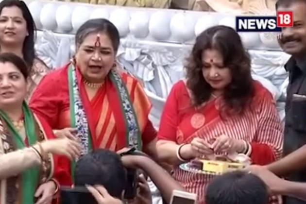 সেলেবরা খেললেন সিঁদুর খেলা, জমজমাট মানিকতলা চালতাবাগানের পুজো প্রাঙ্গন