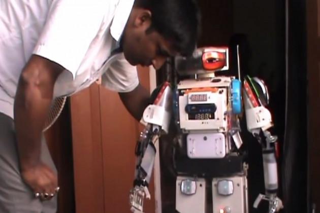 দেখুন Video: আবর্জনা থেকে 'অনুকূল'! এই যুবকের তৈরি রোবটই চাকর