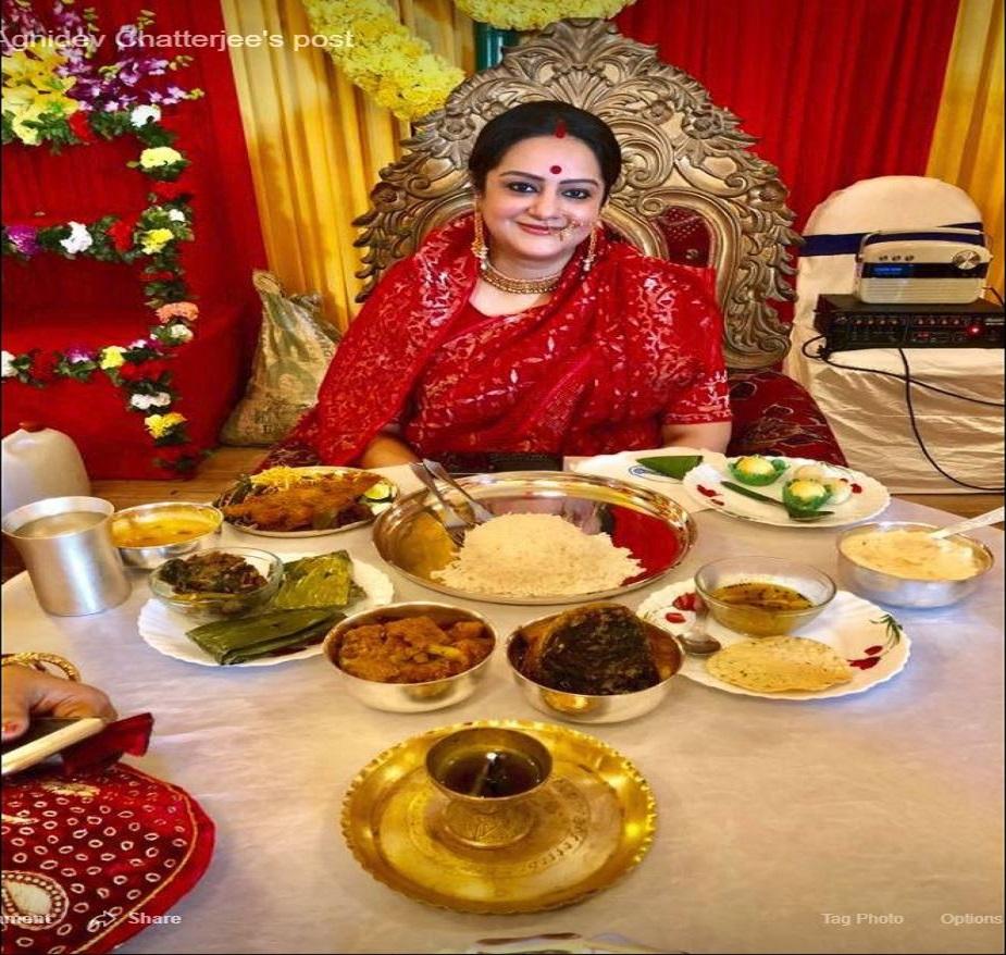 লাল ঢাকাই, গা ভর্তি সোনার গয়নায় সেজে রবিবার দুপুরে ভাত খেলেন সুদীপা। আরান্না হয়েছিল তাঁর পছন্দের হরেকরকম পদ। Photo Courtesy: Facebook/ Agnidev Chatterjee