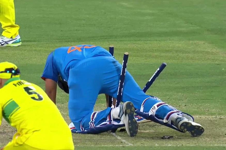 যার ফলে ৫০ ওভারে ২৫৪ রানে ৯ উইকেট অবস্থাতেই শেষ করতে হয় ভারতকে ৷ হারতে হল ৩৪ রানে ৷ সিরিজে এগিয়ে গেল অস্ট্রেলিয়া ৷ Photo - Cricket Australia/ Twitter