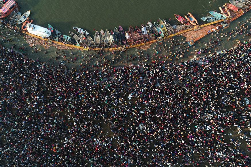 এলাহাবাদের কুম্ভমেলায় শাহিস্নানে অংশগ্রহণ করছেন প্রায় ১.৩ কোটি ভক্তজন। (Image: PTI)