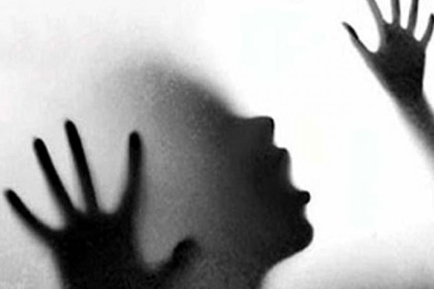 স্বামীর বোনের স্বামী, তাঁর ভাই এবং একজন অজানা লোক একের পর এক ভদ্রমহিলাকে ধর্ষণ করেন ৷ Representive Image