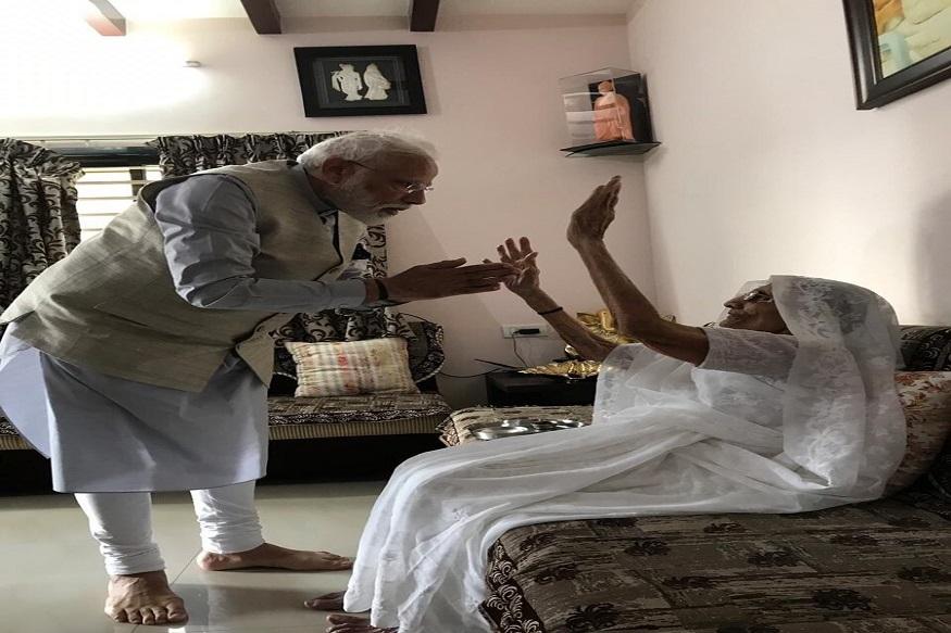 গান্ধিনগরের বাসভবনে গিয়ে মা হীরাবেনর সঙ্গে দেখা করেন প্রধানমন্ত্রী