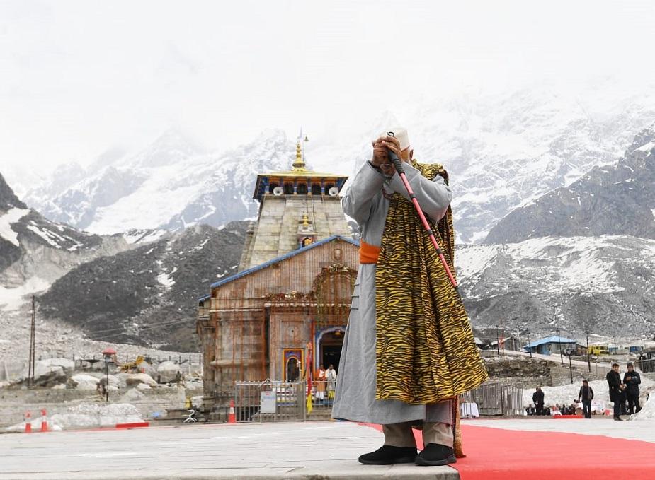 কেদারনাথ মন্দিরের সামনে সাধনায় মগ্ন মোদি।photo source collected