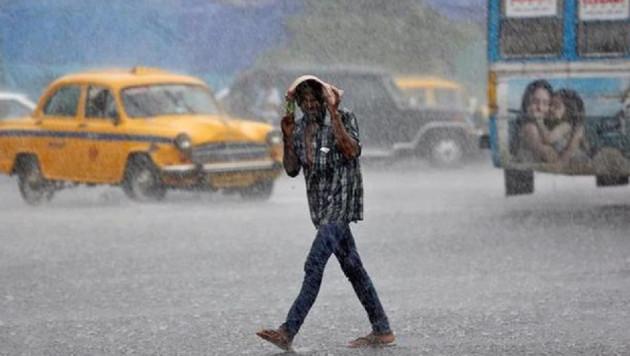 রাতের তাপমাত্রা বেশি থাকায় সকাল থেকেই গলদঘর্ম অবস্থা।কলকাতা-সহ দক্ষিণবঙ্গে তাপমাত্রা স্বাভাবিকের থেকে ২/৩ ডিগ্রি বেশি থাকবে।