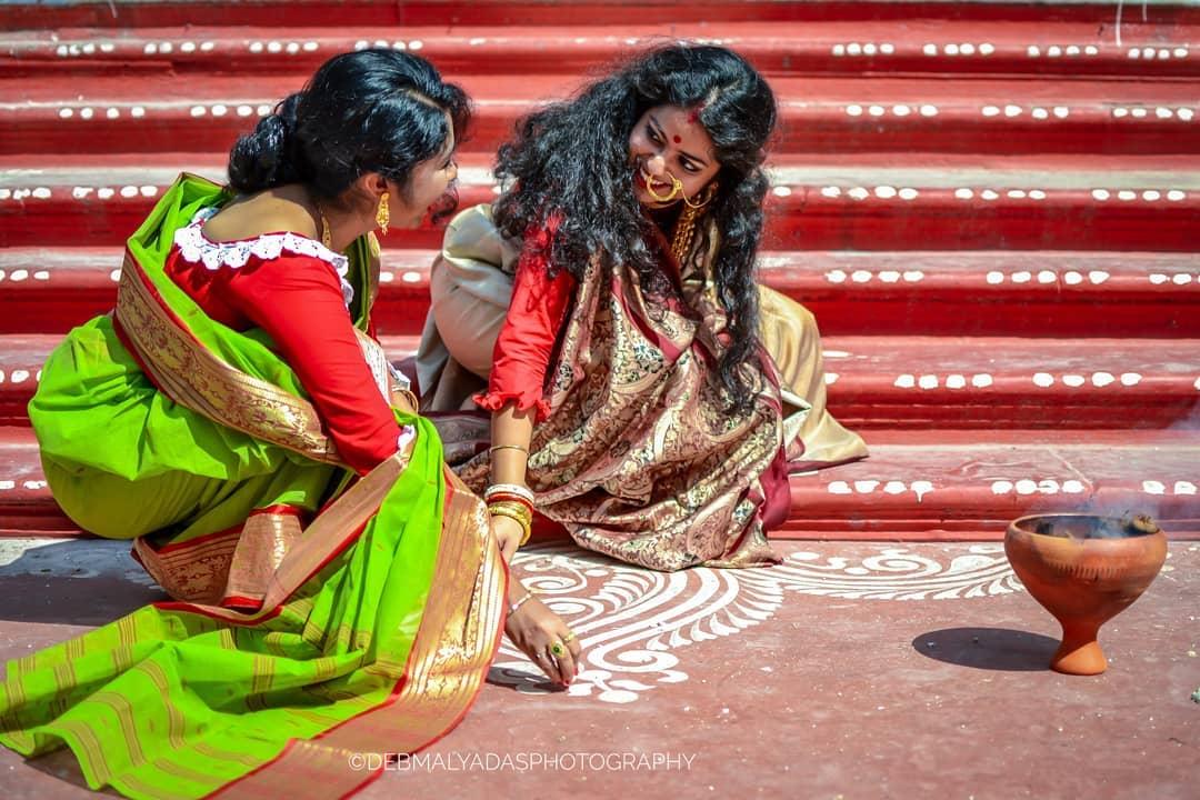 • লক্ষ্মী পুজোর আগে অবশ্যই আলপানা দেবেন ও তাতে লক্ষ্মীর পা আঁকবেন ৷ মঙ্গল ঘটের পাশে অবশ্যই পা আঁকবেন ৷ ছবি: Instagram\Debmalya Das