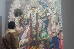 নবমীর আরতিতে উজ্জ্বল মায়ের মুখ, দেখুন দক্ষিণ কলকাতার অন্যতম সেরা দুর্গা বাড়ির পুজো মণ্ডপ