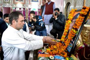 #PulwamaAttack : রাহুল-প্রিয়াঙ্কাকে কাছে পেয়ে কান্নায় ভেঙে পড়লেন শহিদ জওয়ানের পরিজনেরা