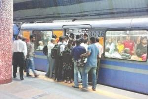 জোর করে মেট্রোর দরজা আটকানোয় শাস্তি শুরু কলকাতায়, হল ভিনরাজ্যের যাত্রীর ১০০০ টাকা জরিমানা