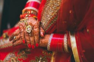 হাতে চূড়া পরণে লাল লেহঙ্গা, দেখে নিন পাক ক্রিকেটার হাসান আলির ভারতীয় বউকে