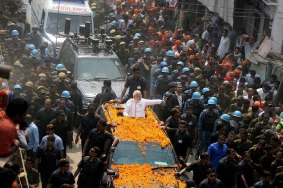 'হর হর মোদি ঘর ঘর মোদি'র স্লোগান ব্যবহার করতে একদম নিষেধ করে দিয়েছে দলীয় নেতৃত্ব। কিন্তু গোটা এলাকা এই স্লোগানেই মুখরিত হয়ে ওঠে এদিন।  Photo : PTI