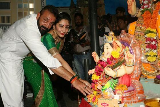 গণপতির আরাধনায় সঞ্জয় দত্ত এবং স্ত্রী মান্যতা ৷ Photo: PTI