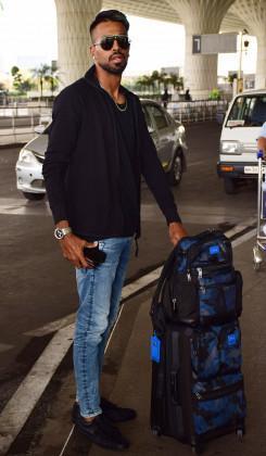 Hardik Pandya poses for a photo at Mumbai airport. (Image: Yogen Shah)