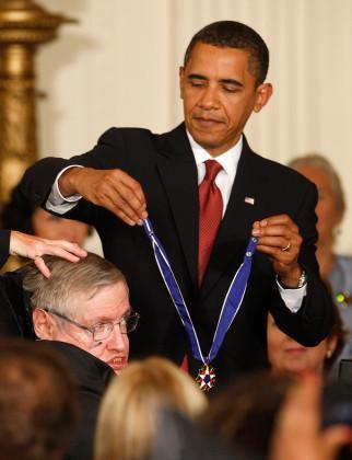 ২০০৯ সালে বারাক ওবামা বিজ্ঞানী স্টিফেন হকিংকে জাতির সর্বশ্রেষ্ঠ বেসামরিক পুরস্কার  দিয়েছিলেন। (Image: Reuters)